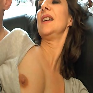 Amateur French mom seduces and gives her pouch to a young big dick guy